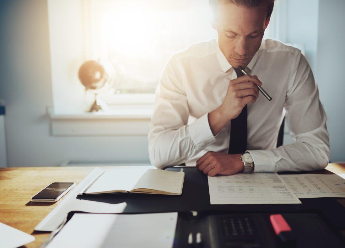 Financier examinant les contrats d'un projet hôtelier