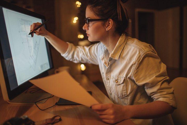 Chef de projet en développement hôtelier travaillant sur un plan depuis son écran tactile