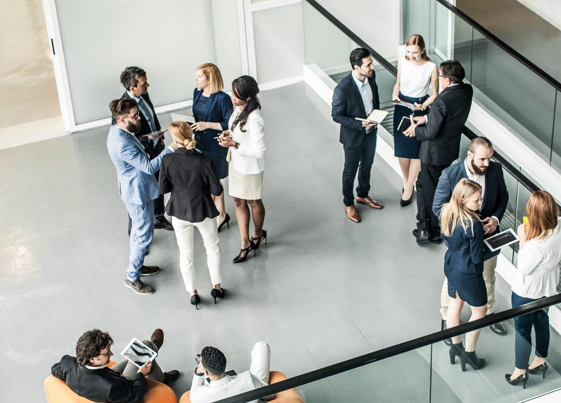 Professionnels tenant une réunion dans un open space