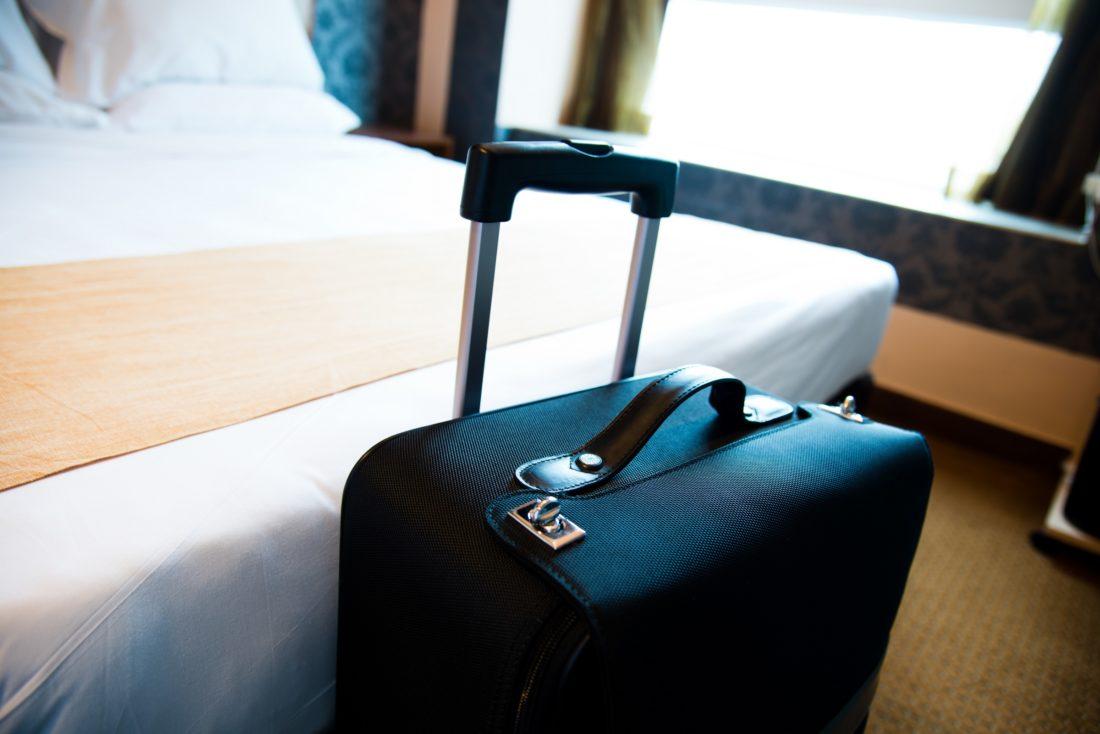 Valise dans une chambre d'hôtel Suitcase Hospitality