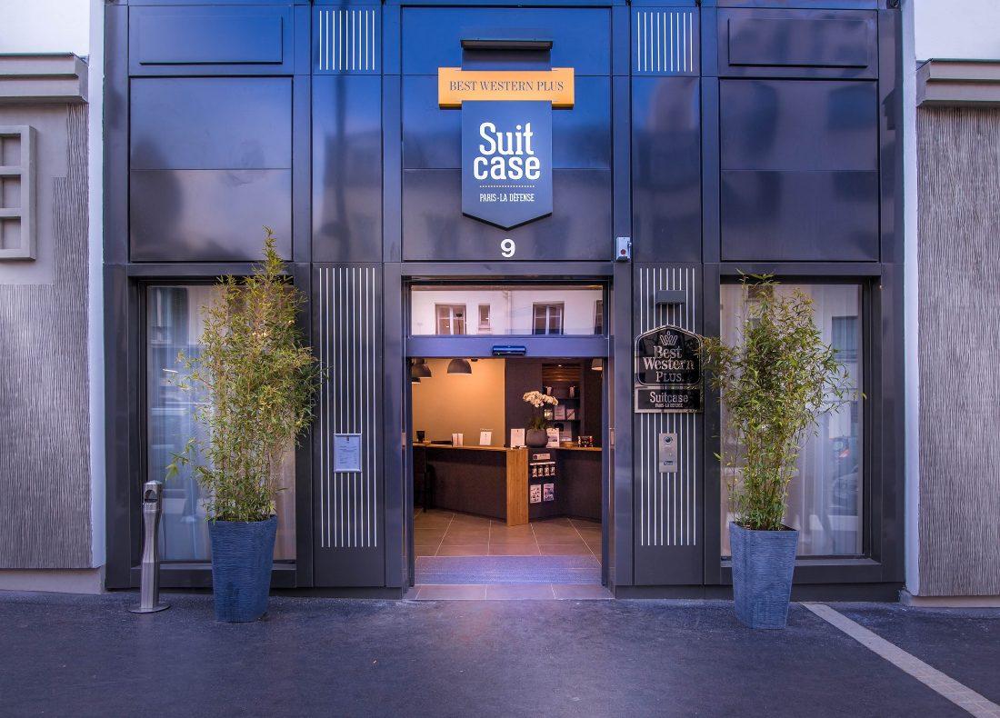 Enseigne extérieure du Best Western Plus Suitcase Hospitality Paris - La Défense, hôtel 4 étoiles du parc hôtelier de Suitcase Hospitality