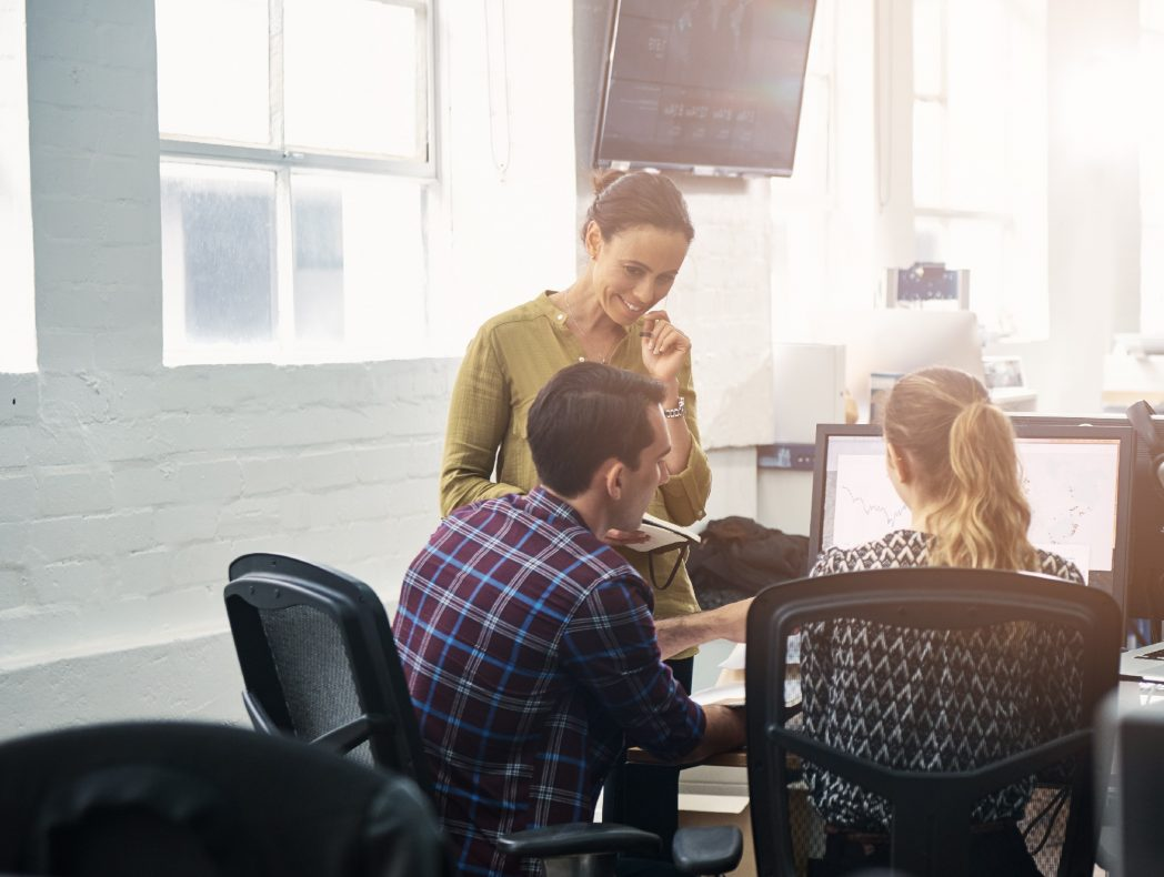 Collègues ayant une réunion informelle dans un bureau moderne