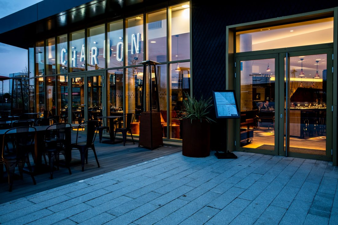 Entrée du CHARBON, restaurant bistronomique situé à Gennevilliers (92) à la tombée de la nuit