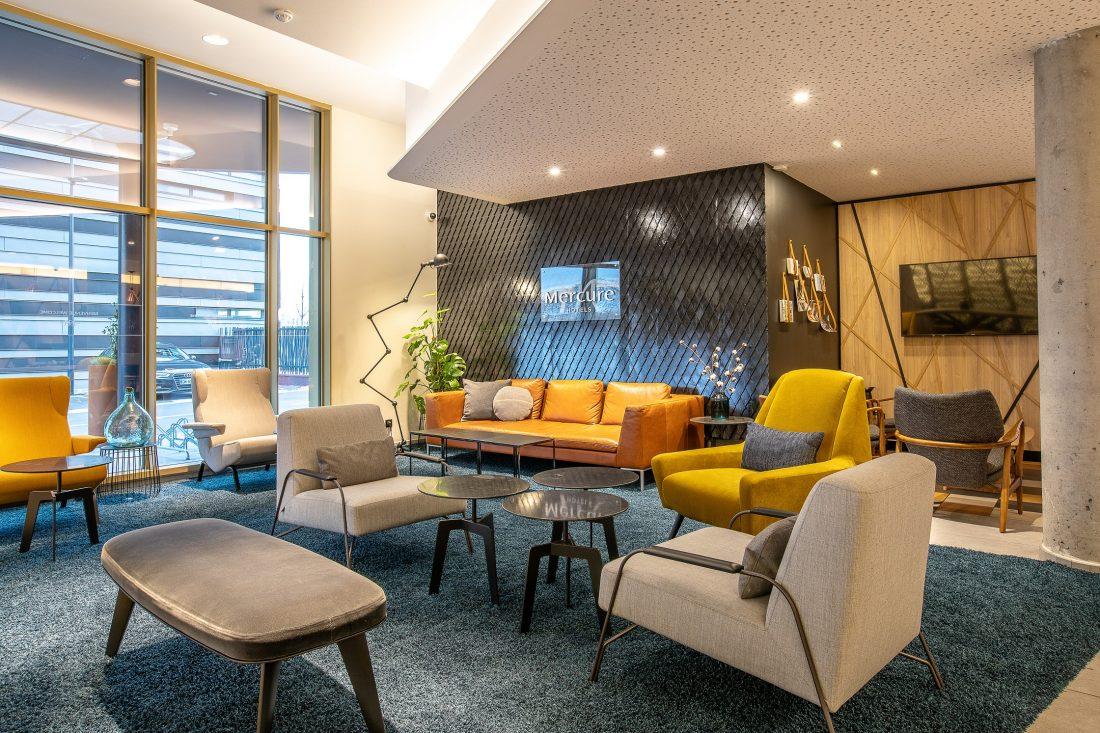 Vue sur le Mur de marque Mercure dans le lobby de l'Hôtel Mercure Paris Gennevilliers